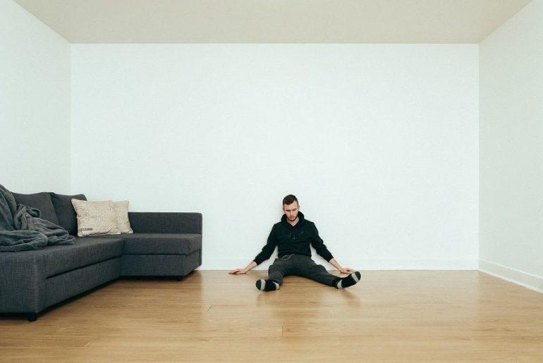 Mann som sitter på varmt gulv med varmefolie