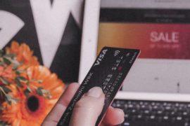 Person som bruker bankkort for å betale i nettbutikk