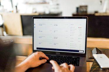 Person som tjener penger på annonser på en laptop