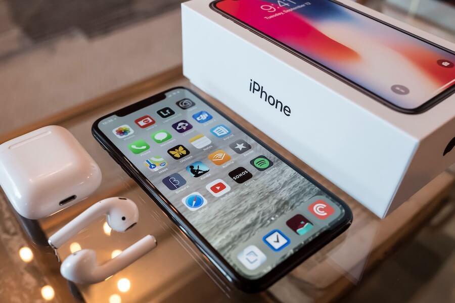iphone med airpods og pakke