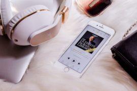 Lydbok app på iphone med headset