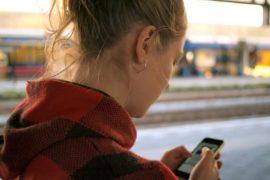 jente tjener penger på spørreundersøkelser på mobilen