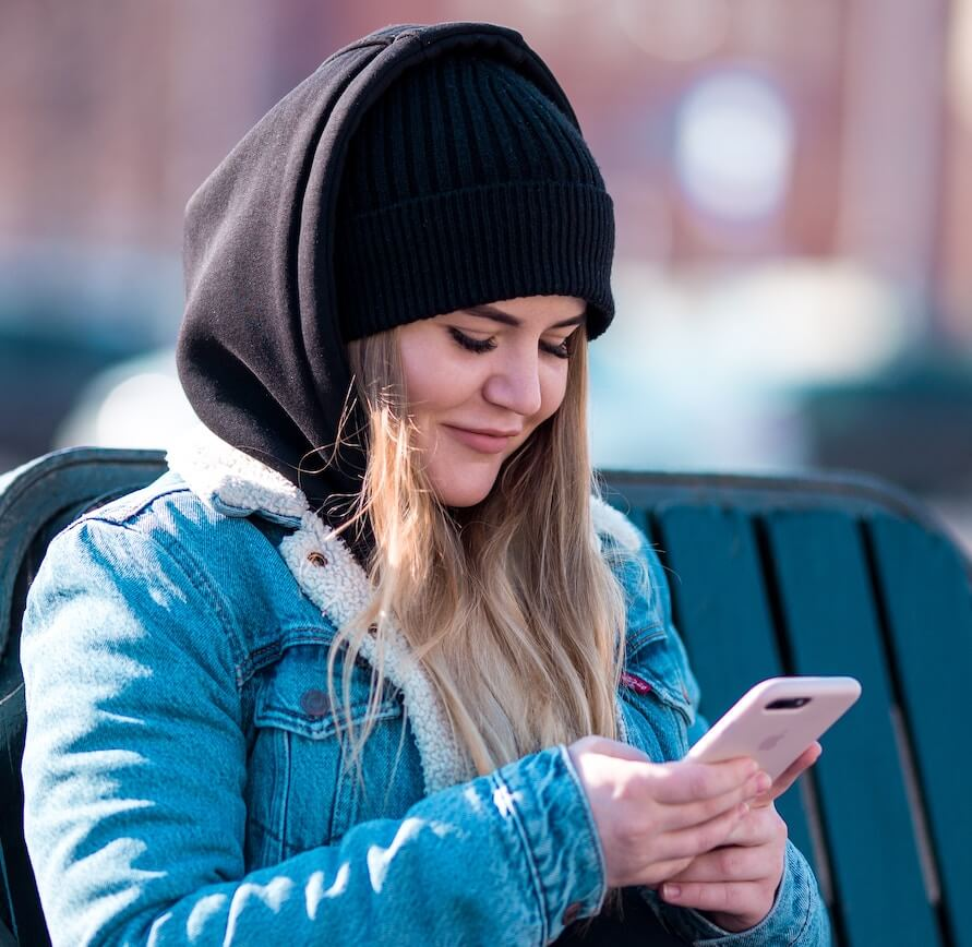 jente svarer på spørreundersøkelse på mobilen