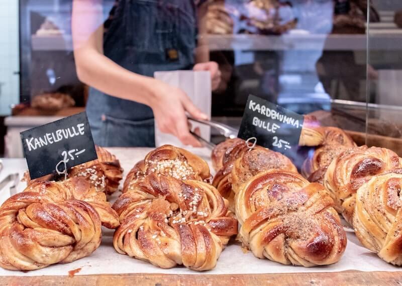 kanelboller i svensk bakeri