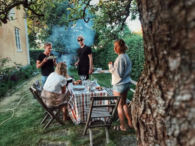 venner spiser middag i hagen
