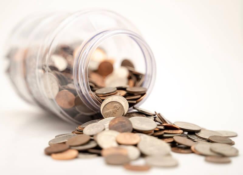 Krukke med penger som er veltet