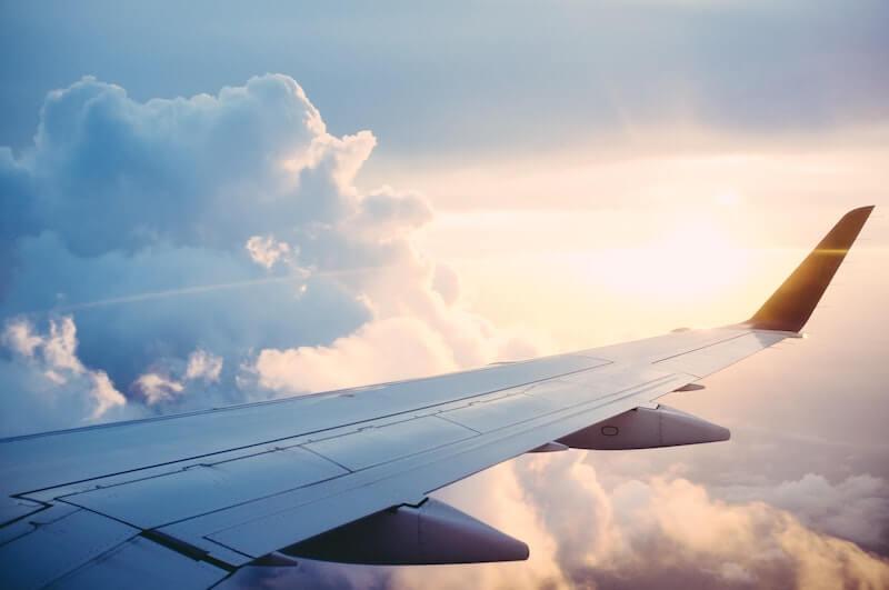 Utsikt ut av flyvinduet med vinge