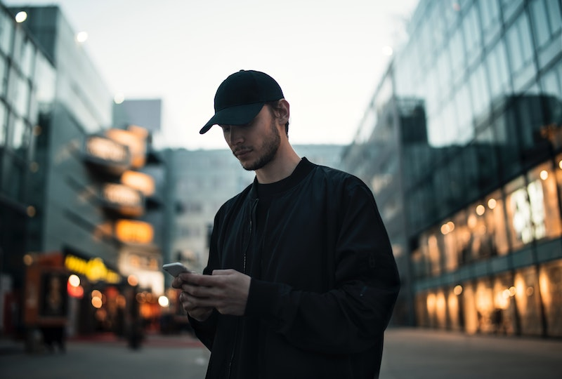 Gutt som bruker mobiltelefon
