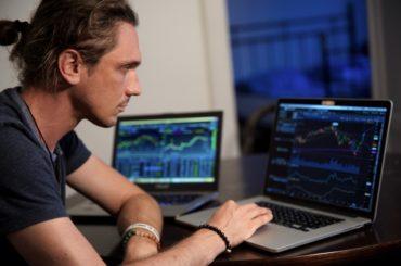 Mann som kjøper aksjer på nett
