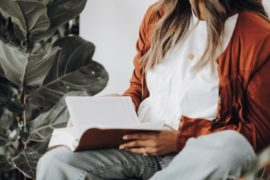 Jente som leser bok