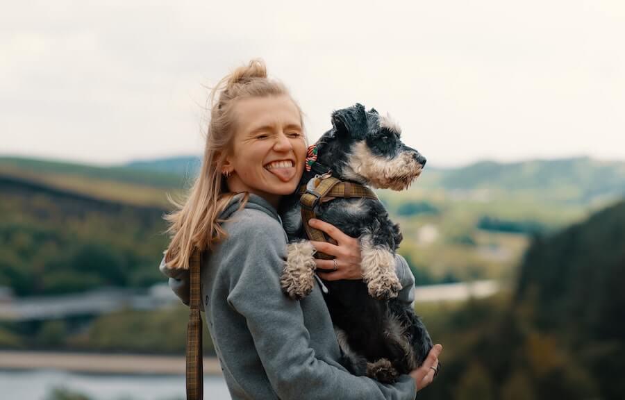 Jente som holder en hund